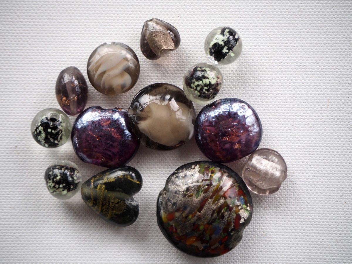 Lot de 13 perles en verre différentes, tons noirs avec reflets à l'intérieur