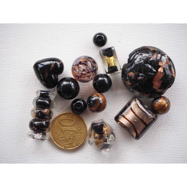 Lot de 13 perles en verre différentes, tons noirs avec feuille or
