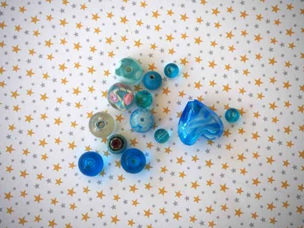 Lot de 13 Perles verre de styles différents  ovale ,ronde, tons bleu clair et foncé