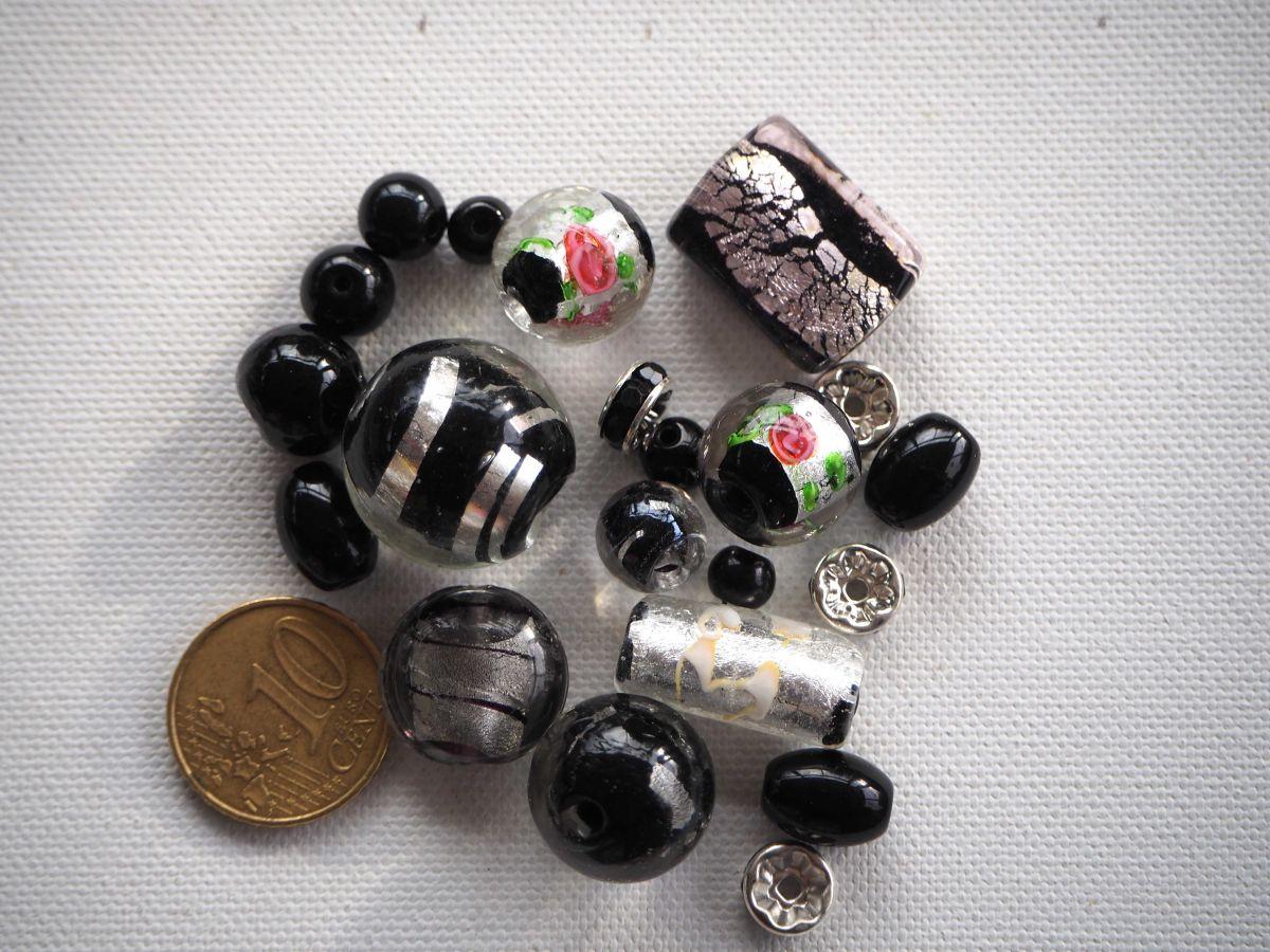 Lot de 20perles en verre différentes, tons noirs avec feuille argentée