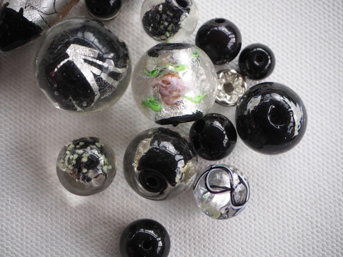 Lot de 14 perles en verre différentes, tons noirs avec feuille argent