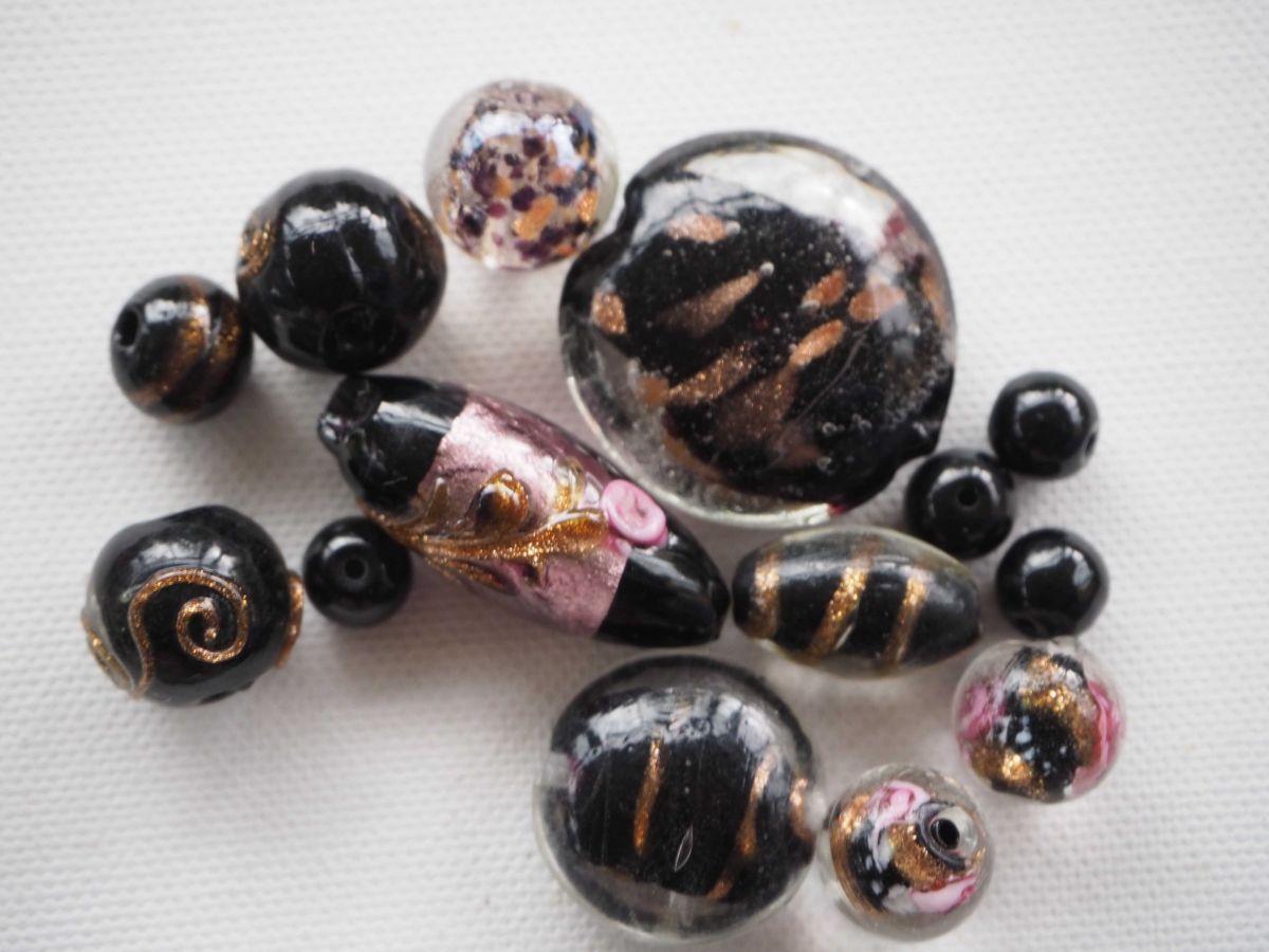 Lot de 14 perles en verre différentes, tons noirs avec feuille or