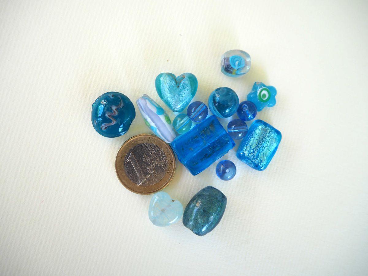 Lot de 15 perles en verre différentes  tons turquoise avec fleurs, argent et motifs