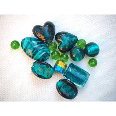 Lot de 15 perles en verre différentes, tons vert/bleu foncé avec reflets