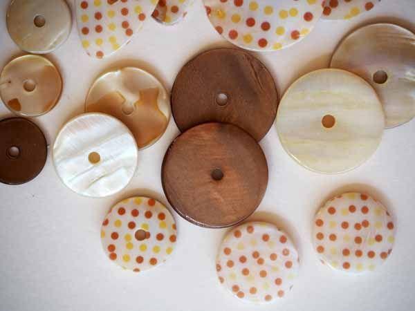 Lot 16 perles NACRE, 30 à 15mm,  à pois et unies, ton beige et marron