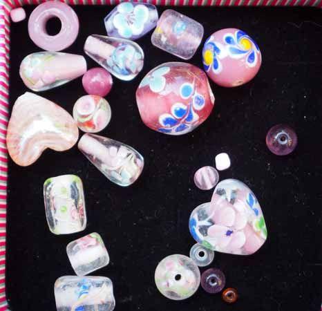 Lot de 17 Perles verre de styles différents  ovale ,ronde, plate, coeur différents tons rose clair et foncé