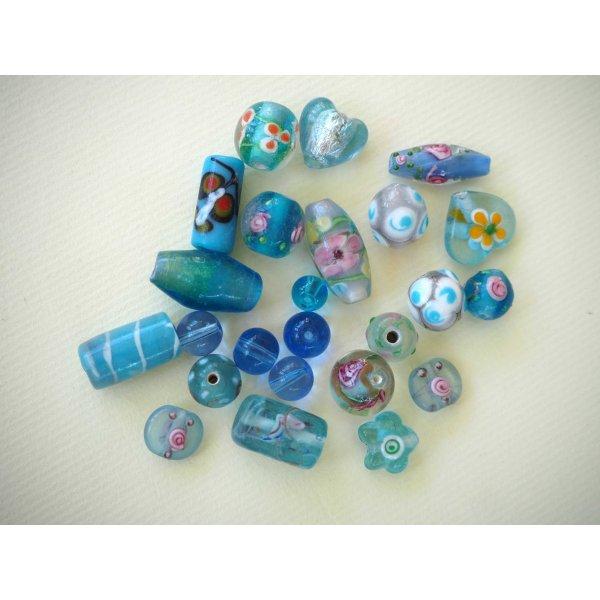 Lot de 23 perles en verre différentes  tons turquoise avec fleurs, argent et motifs
