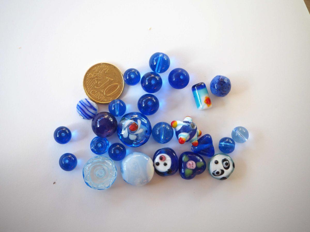 Lot de 23  perles en verre différentes, tons bleu foncé et fantaisies