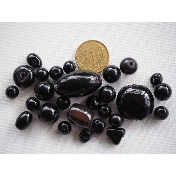 Lot de 26 perles en verre différentes, tons noirs  brillant 8 à 25mm