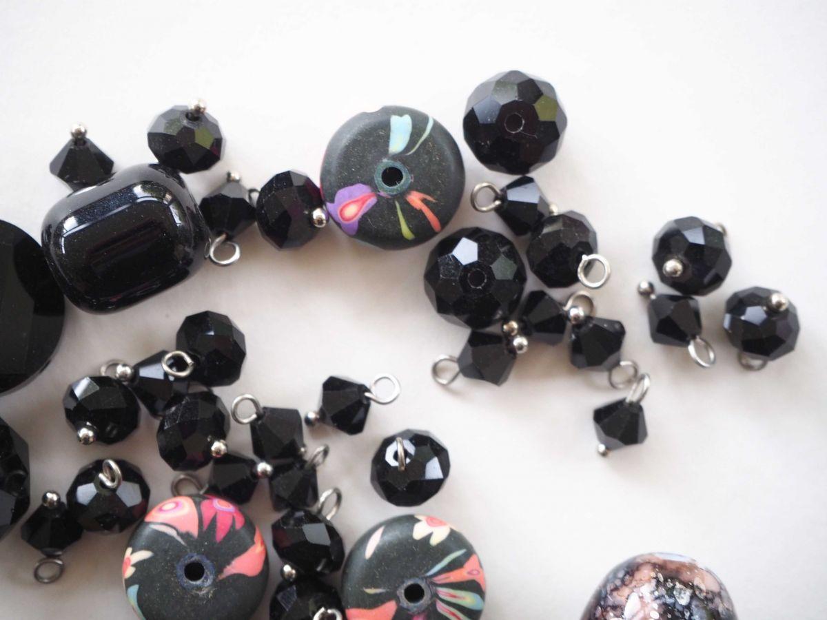 Lot de 48 perles en verre différentes, tons noirs , pour bracelet