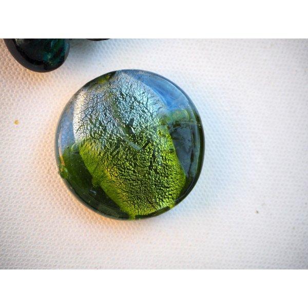 Lot de 2 grosses perles en verre différentes, tons vert foncé avec reflets argent