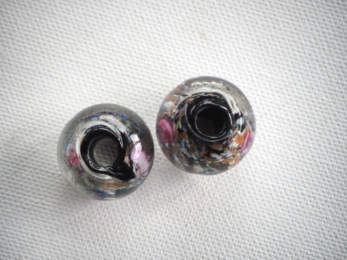 Lot de 2 grosses perles en verre  ton noir, inclusions couleurs et or, gros trou