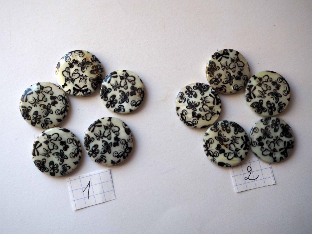 Lot 5 perles NACRE, 20mm,  fleurs noires sur fond blanc , trou transversal+/-1mm