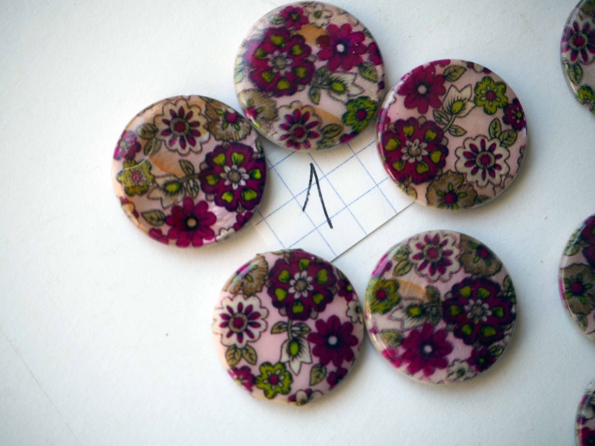 Lot 5 perles NACRE, 20mm,  tons rose violet avec fleurs, trou transversal+/-1mm