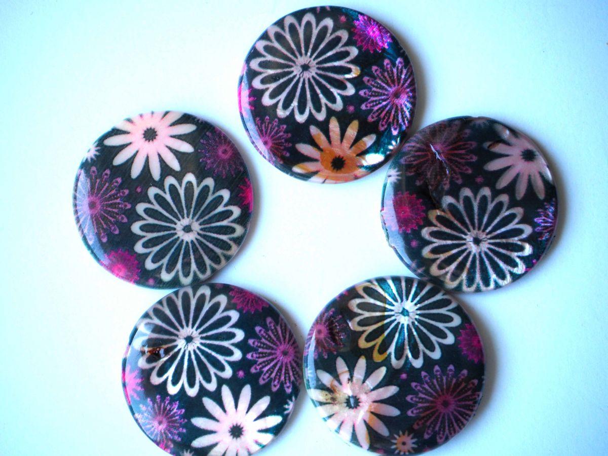 Lot 5 perles NACRE, 30mm, fond noirs avec ronds multicolores, trou transversal+/-1mm