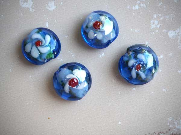 Lot de 4 Perles verre bleu ronde plate 15mm avec fleurs coeur rouge et pétales blancs