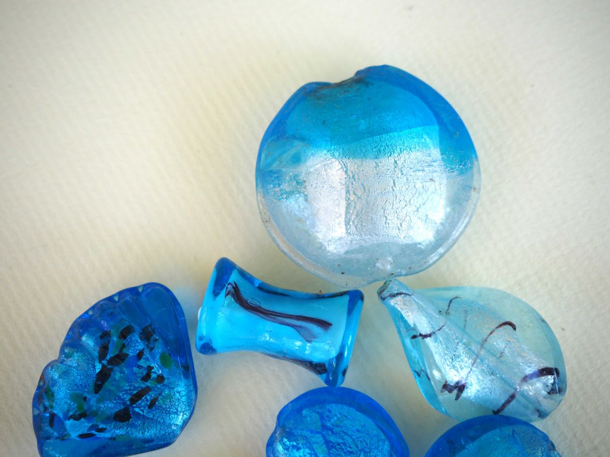 Lot de 7 perles en verre différentes  tons turquoise avec fleurs, argent et motifs