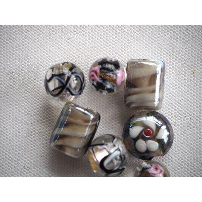 Lot de 7 perles en verre différentes, tons noirs avec motifs à l'intérieur