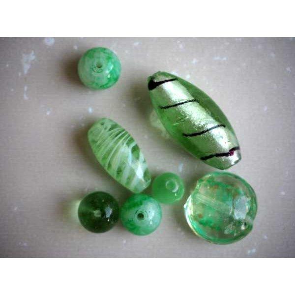 Lot de 7 Perles verre de styles différents  ovale ,ronde, plate, coeur différents tons de verts amande
