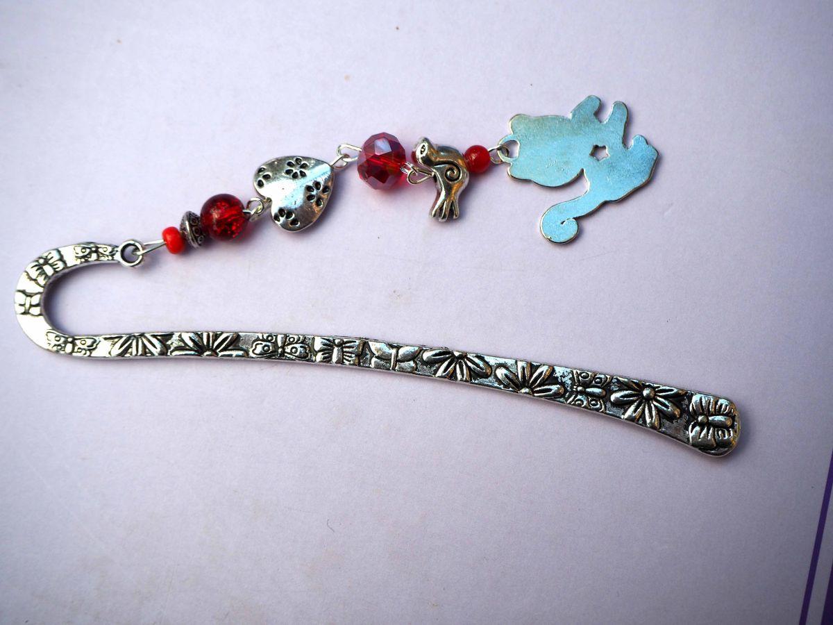 Marque-pages, argenté et ciselé avec fleurs avec breloque chat rouge émaillée et coeur,  Saint-Valentin