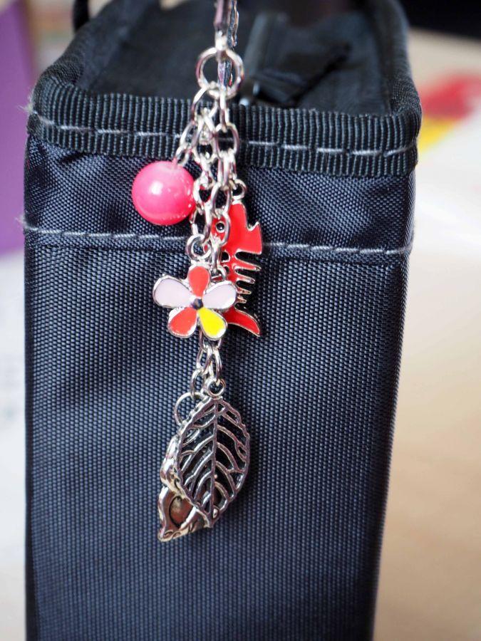 Marque-pages, argenté et ciselé avec pendentif argenté et émaillé, chat poisson fleur, Fête