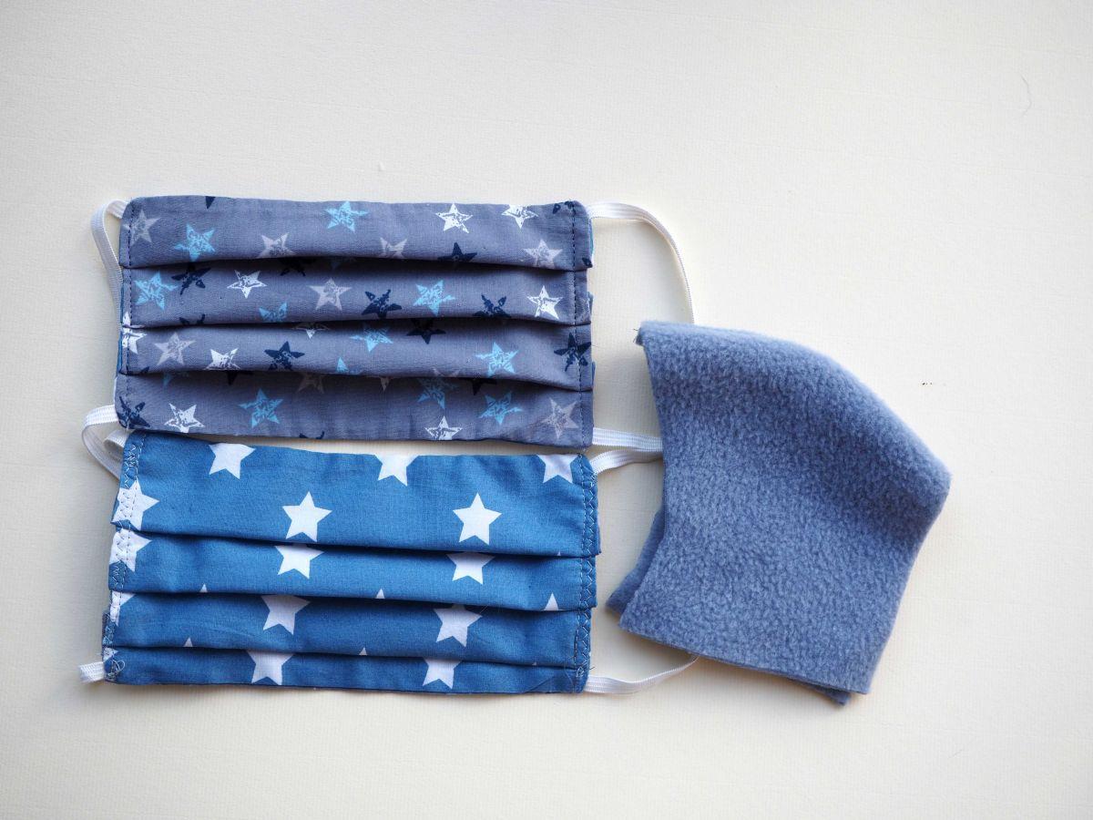 Masque de protection lavable, plissé, réversible, ton bleu avec étoiles