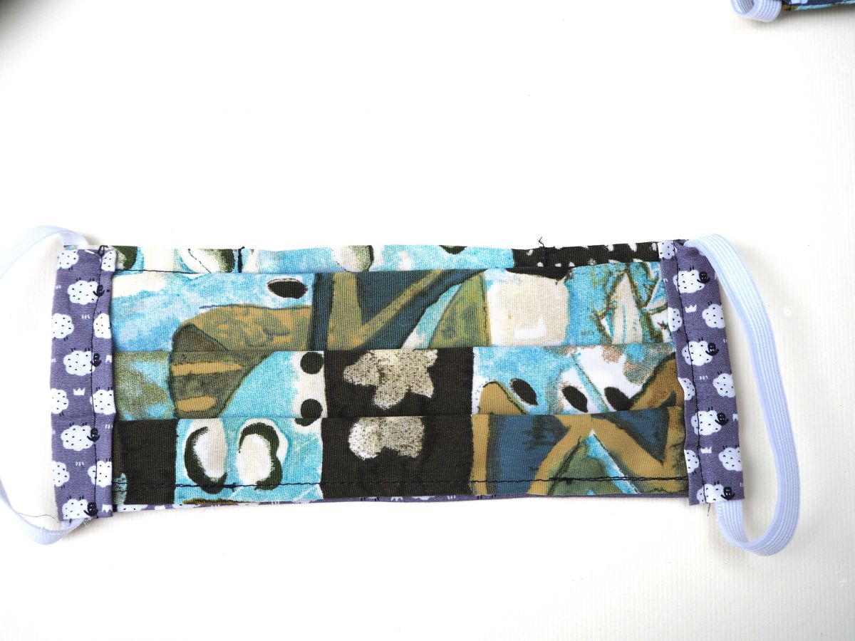 Masque en tissu , plissé, avec pince-nez et ouverture en bas,moutons