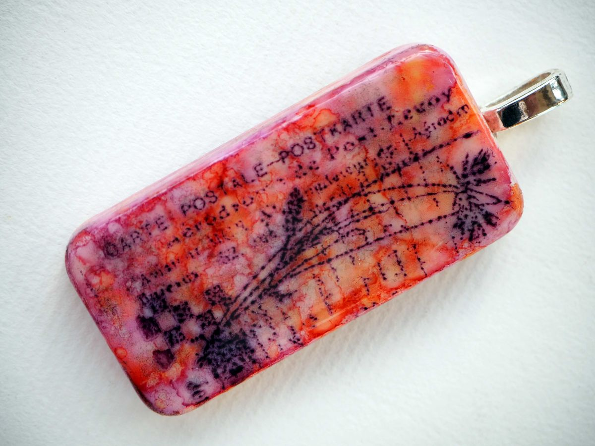 Pendentif domino, 5x2,5cm, peint à l'encre à l'alcool, modèle unique, tons rouges avec tampon