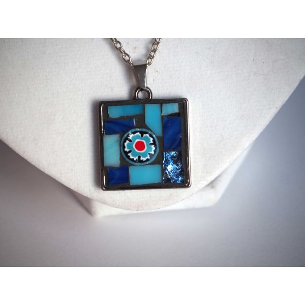 Pendentif mosaIque carré, 2,5x2,5cm, tons bleus avec chaîne