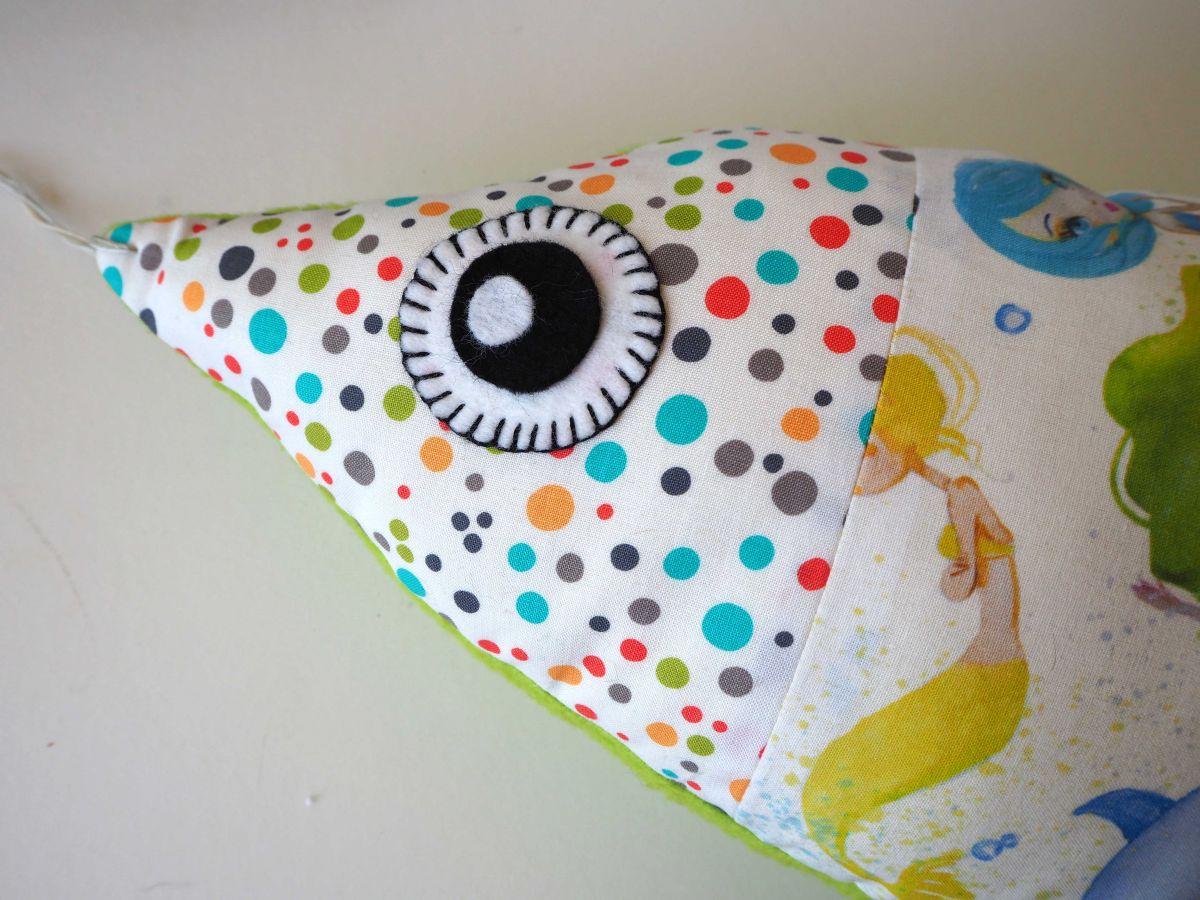 Grand poisson doudou, en coton avec sirènes, dos en polaire