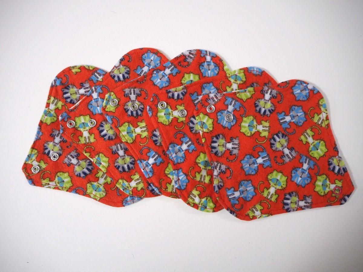 Protège slip lavable et réutilisable, flanelle et PUL, fanelle rouge avec chats, PUL blanc avec fleurs bleues