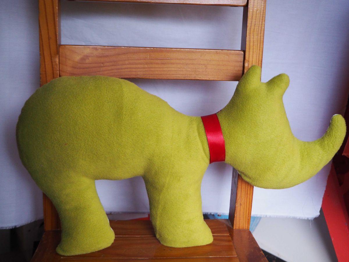 Rhinocéros, 58x33cm, tout doux, tissu blanc ave canimaux rouges/verts/jaunes