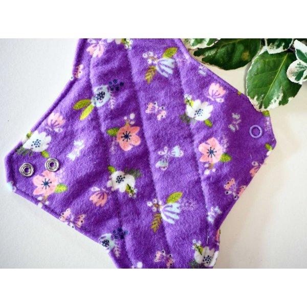 Serviette hygiènique lavable T1, violette avec fleurs