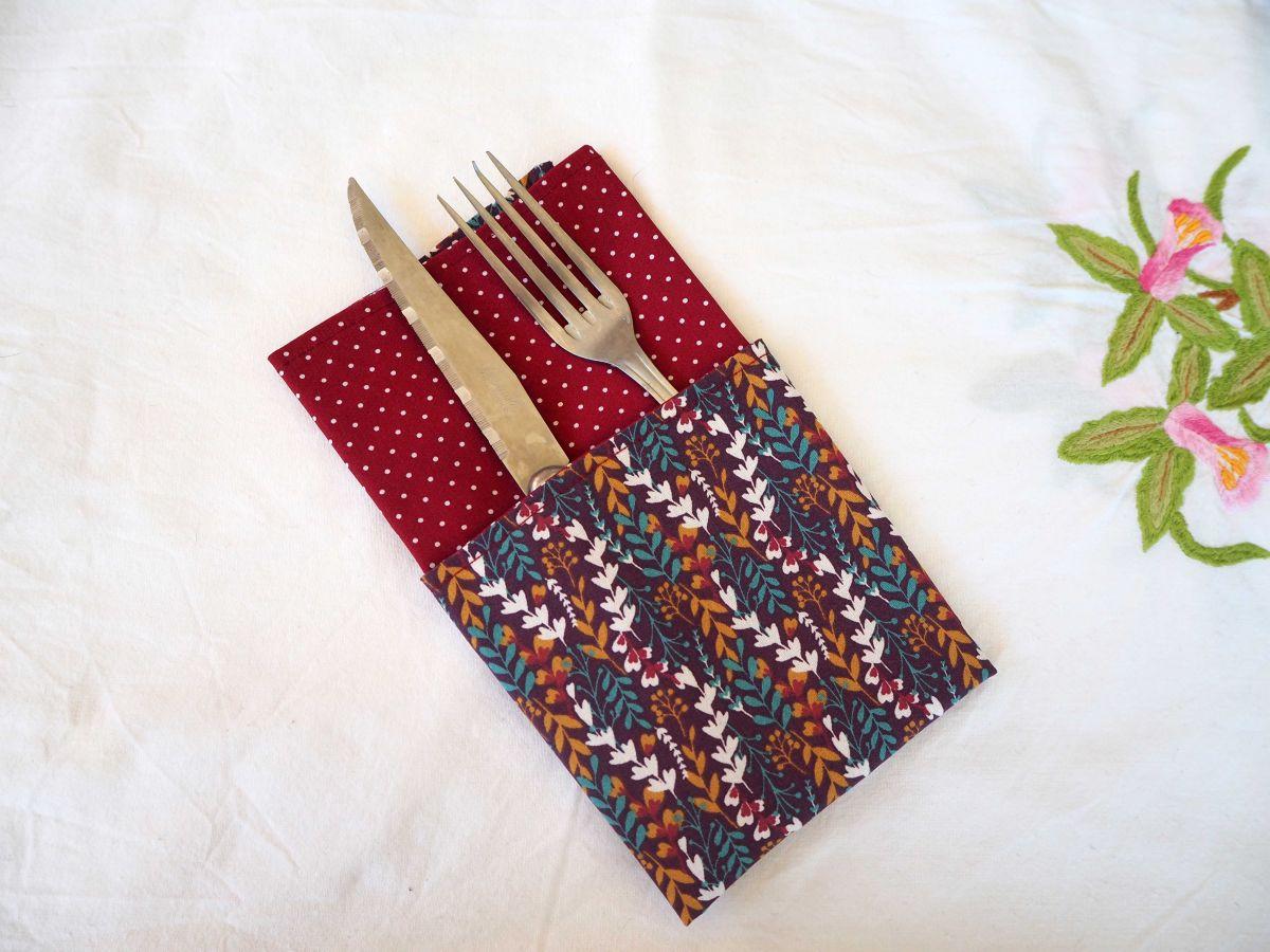 Serviette de table 33x33cm, bordeaux fleurs et bordeaux pois blancs