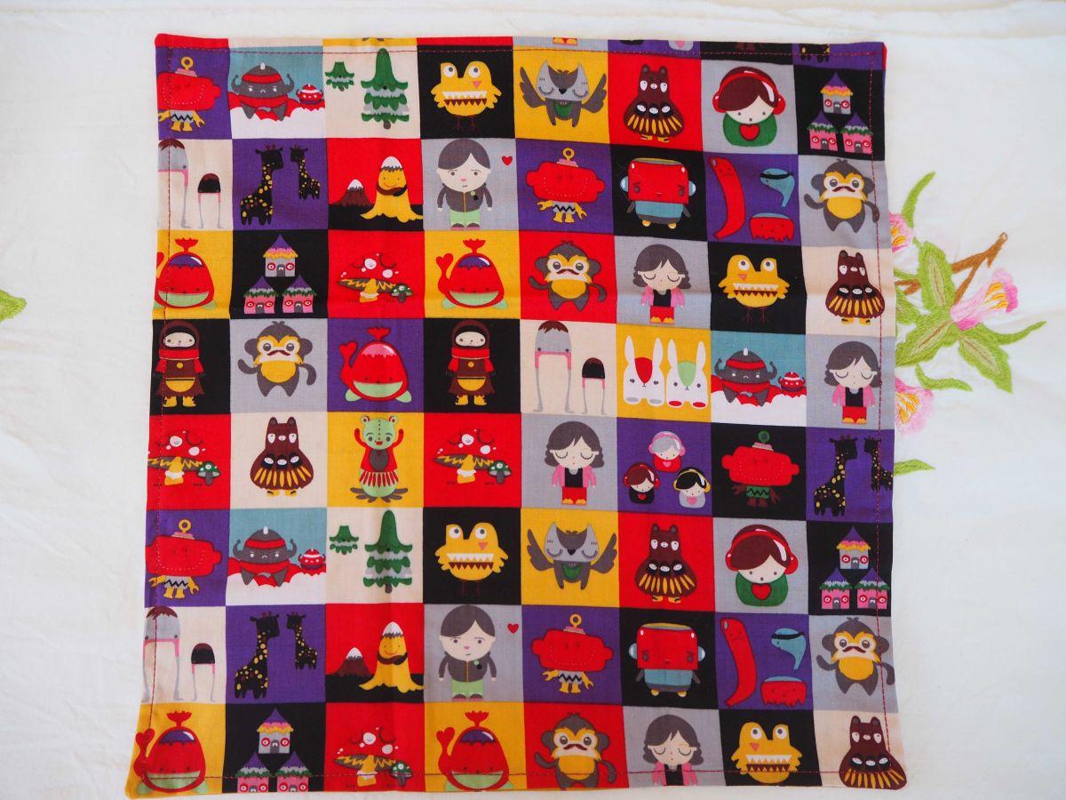 Serviette de table 33x33cm, carrés monstres et ocre avec petits motifs