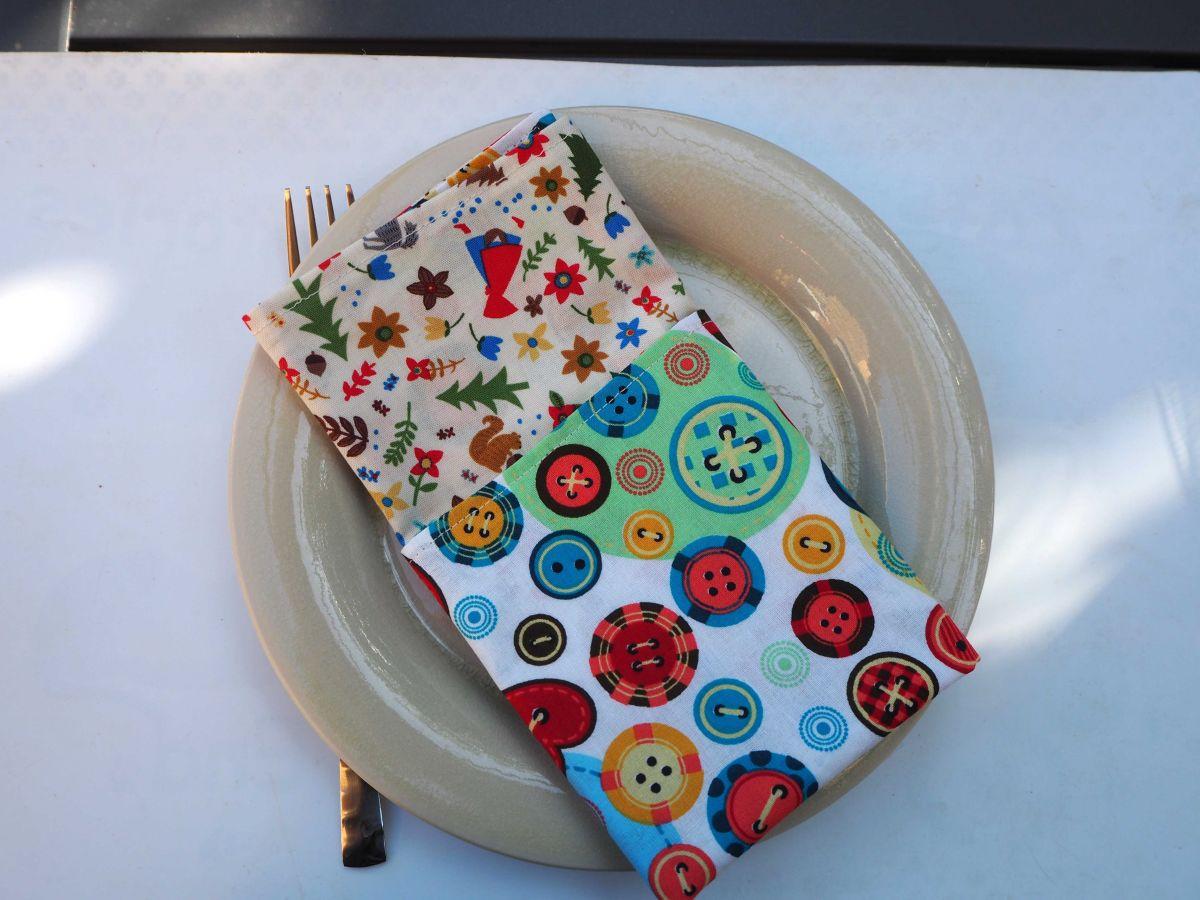 Serviette de table 33x33cm,chaperon rouge et gros boutons