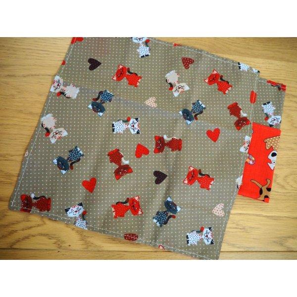 Serviette de table 33x33cm, chats fond marron clair et chiens fond rouge