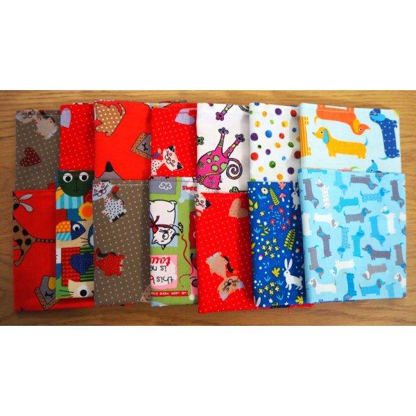 Serviette de table 33x33cm, chiens teckel fond bleu clair et 2 autres faces différentes rayée et chiens colorés