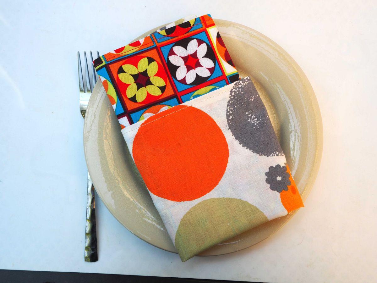 Serviette de table 33x33cm,écossais fleurs vintage et face blanche avec cercles et poussins