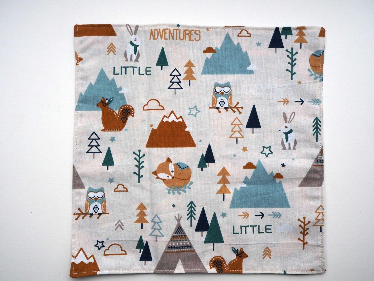 D- Serviette de table 33x33cm, une face fond bleu canard avec renard, autre face campement de forêt ou hérissons