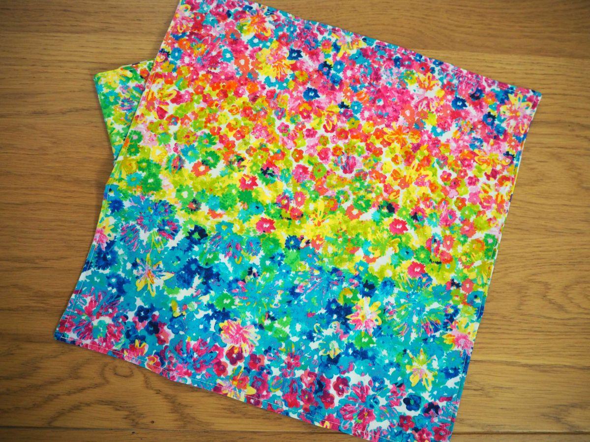 Serviette de table 33x33cm,fleurs très douces style aquarelle et pois clairs