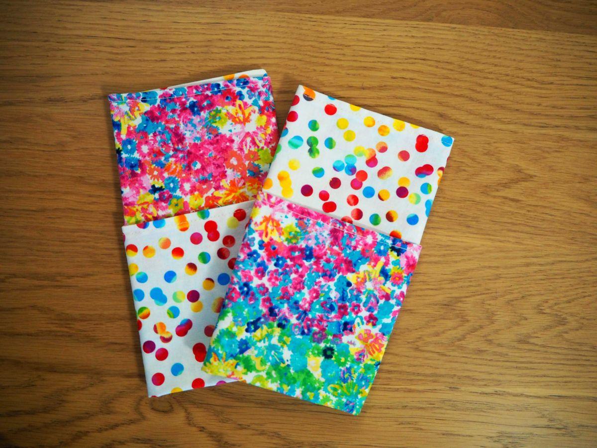 Serviette de table 33x33cm,fleurs très douces style aquarelle et pois colorés