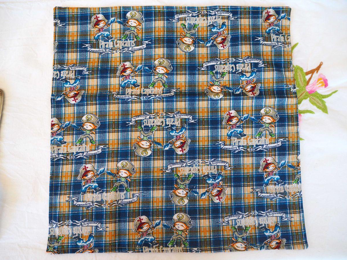 Serviette de table 33x33cm, fond bleu avec pirates et ocre avec petits motifs