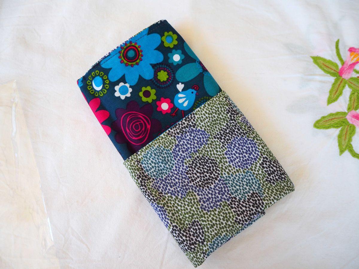 Serviette de table 33x33cm, fond marine avec motifs fleurs vintage et fond rpointillés bleu/vert