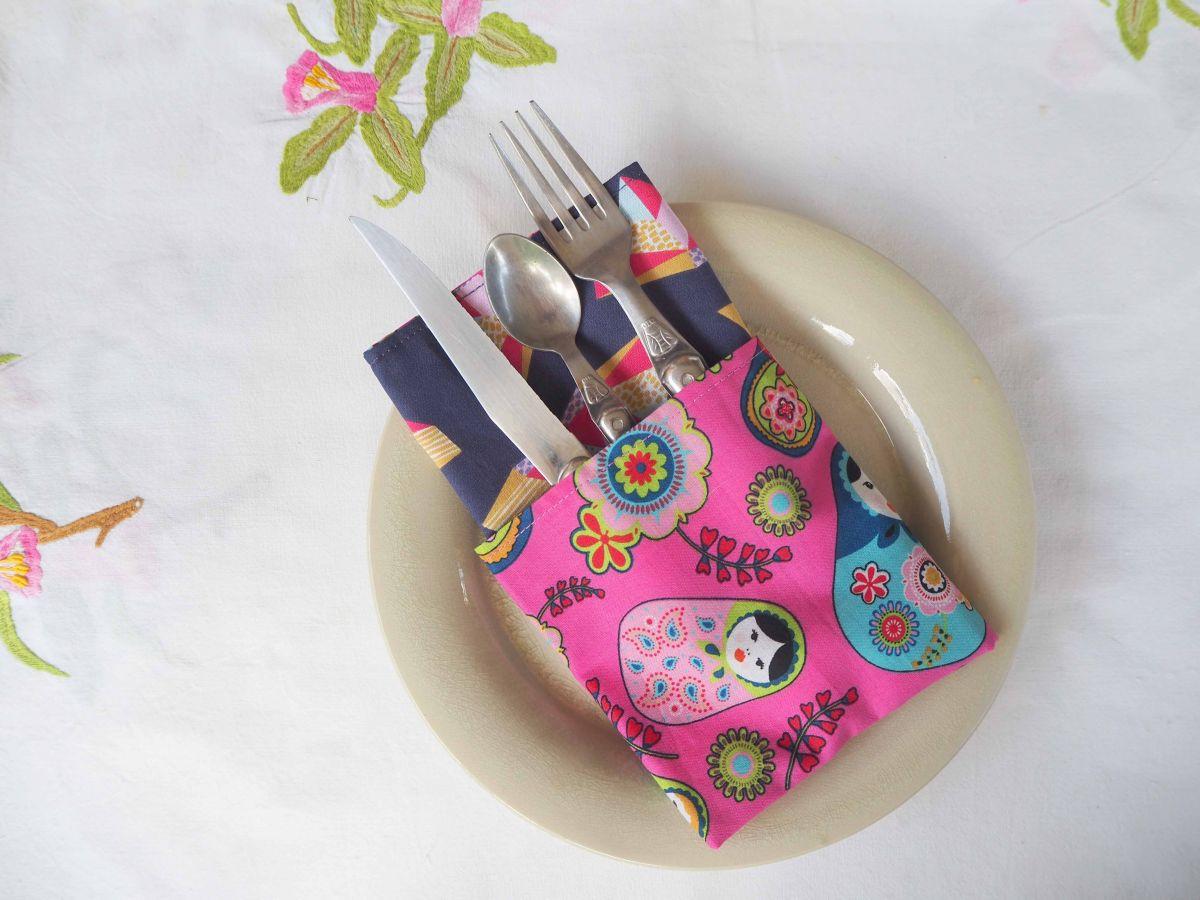 Serviette de table 33x33cm, poupées russes fond rose et formes géométriques