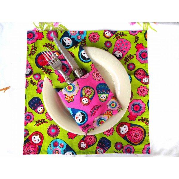 25- Serviette de table 33x33cm, poupées russes fond rose et poupées russes fond vert