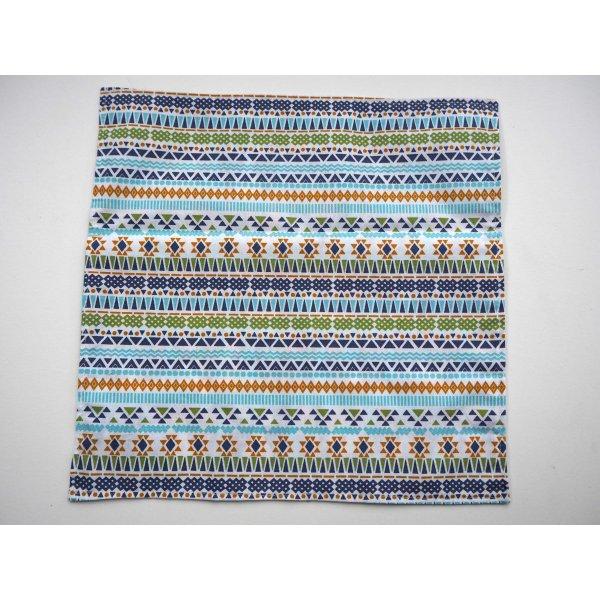 B- Serviette de table 33x33cm, recto fond bleu avec chats, verso ton bleu lignes géométriques