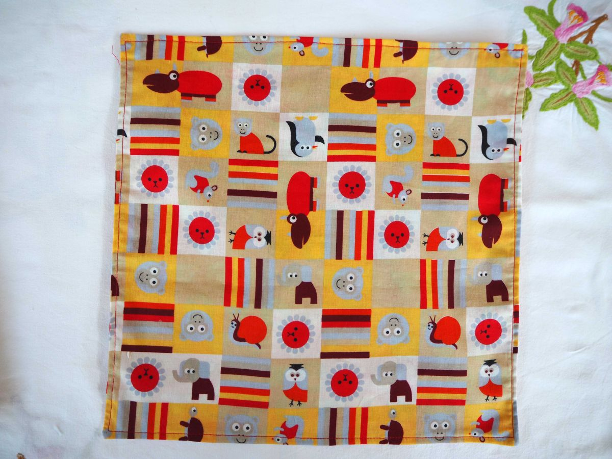 20- Serviette de table 33x33cm, rouge avec têtes d'ours colorés et  3 autres faces différentes