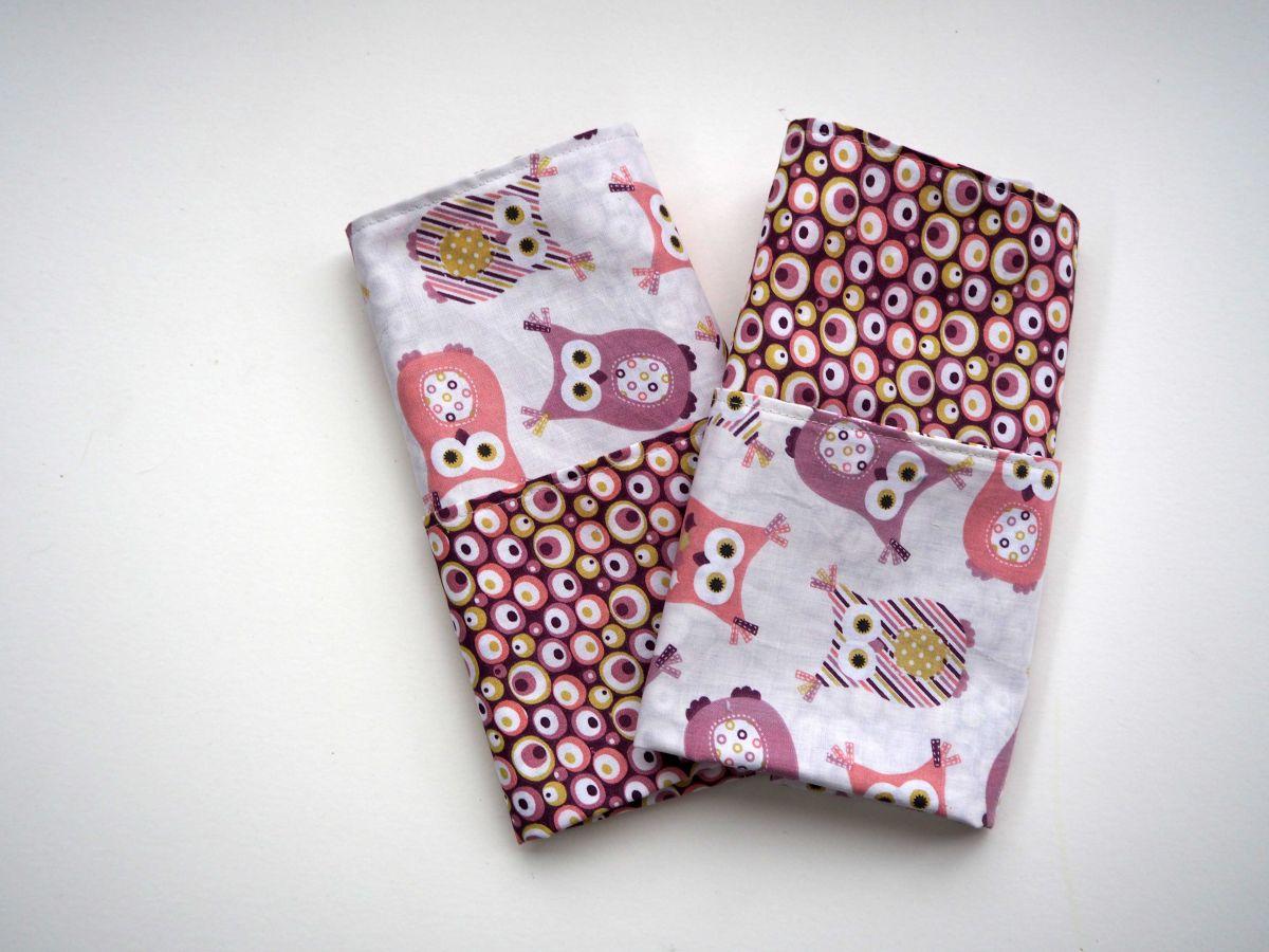 G- Serviette de table 33x33cm, ton rose/violet une face avec chouettes, l'autre avec bulles colorées