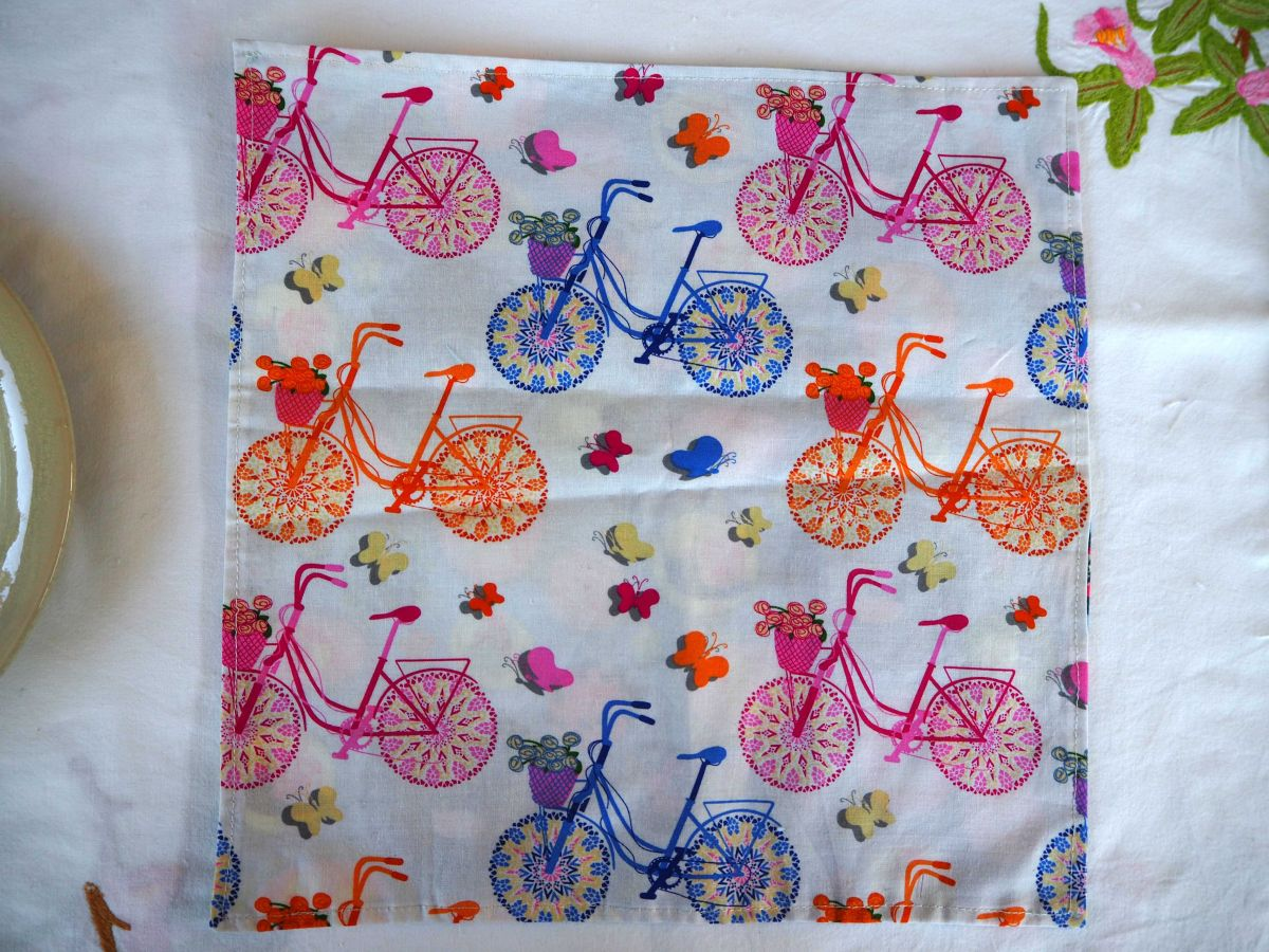 Serviette de table 33x33cm, vélos anciens bleus et rose et bleu avec motifs variés
